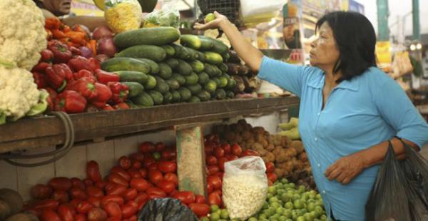 En Santa Cruz los precios de la canasta familia registraron un alza, solo el tomate que antes costaba a 5 bolivianos el kilo hoy se vende a 10 bolivianos