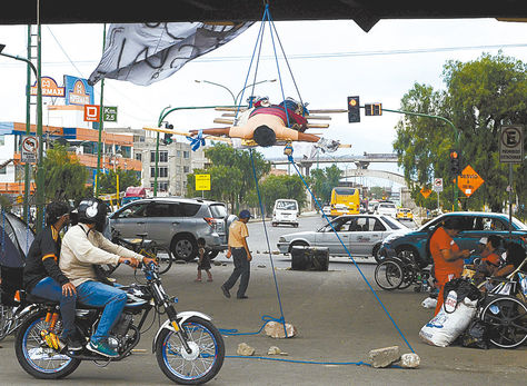 Cochabamba. Personas con discapacidad colgadas del viaducto.