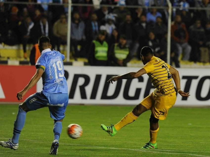 Chávez remata de derecha, pero Quiñonez se quedó con el gol de Boca. (Marcelo Carroll)