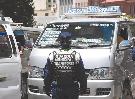 Transporte. Guardia controla el servicio de minibuses en la avenida Mariscal Santa Cruz de La Paz.