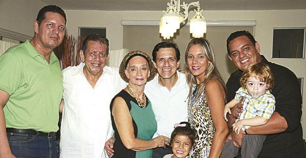 Javier y 'Buby' Robles (cumpleañero), 'Kitty' Mercado, Eduardo, Maricris, Beto y Mariano Robles e Isabela Sandoval, tres generaciones reunidas