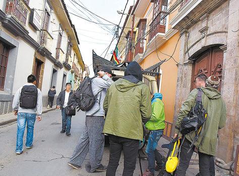visitas. Un grupo de extranjeros que llegó a uno de los hostales que está en la mira, en la ciudad de La Paz. Foto: José Lavayén