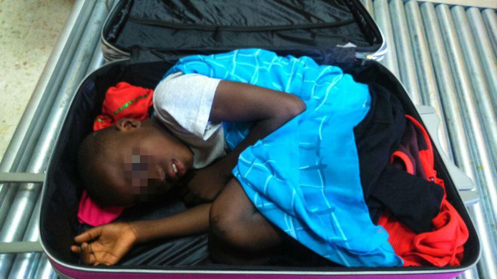 Imagen de Abou cuando pasó dentro de la maleta por el escáner de la frontera del Tarajal en Ceuta.
