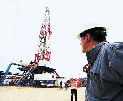 Inspección. Uno de los miembros de la comisión en el campo petrolero Yapacaní, en Santa Cruz.