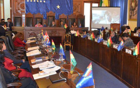 Chapetón, al fondo a la derecha, rinde su informe oral ante el pleno del Senado.