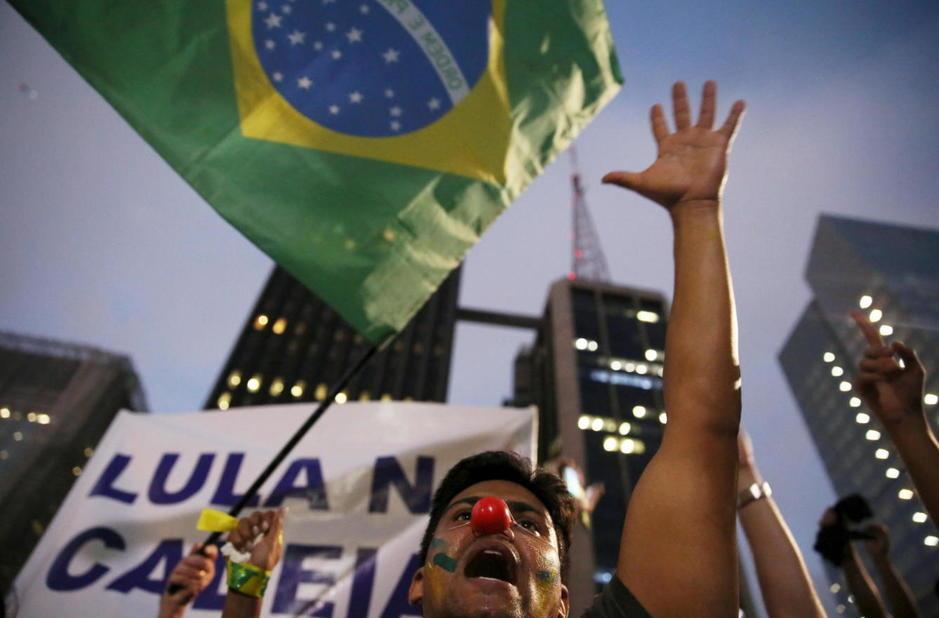 Un manifestante durante una protesta contra Rousseff y Lula en Sao Paulo, el 17 de marzo de 2016 (Reuters).