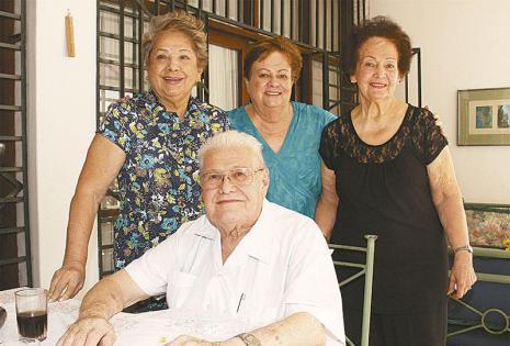 /ARTÍFICES. Miriam Palma Y Sonia Antelo Con Los Abuelos De La Cumpleañera, 'yeya' Y Rodolfo Weise