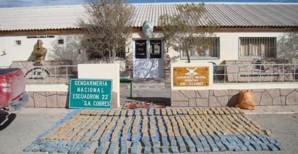 La droga incautada en el vecino país en la intervención de efectivos en la frontera. El motorizado cruzó con alta velocidad.