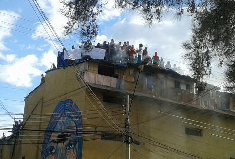 Algunos internos subieron al techo de penal para gritar su demanda. Foto Antonio Ortiz