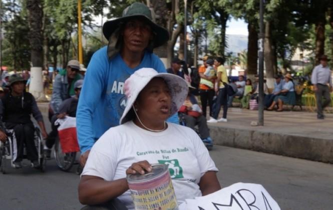 Galería de fotos: Caravana de discapacitados avanza recolectando monedas para comer