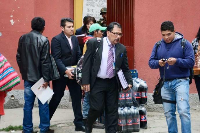 AUDIENCIA. El fiscal de Materia, Daniel Ayala, a su salida del Centro de Orientación Femenina de Obrajes, ayer.