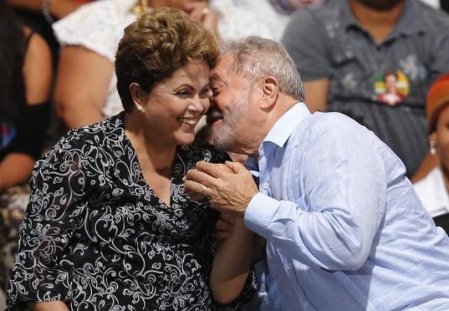 Imagen de archivo de la presidenta brasileña, Dilma Rousseff, y el ex mandatario Luiz Inácio Lula da Silva en un mitin en Sao Paulo, oct 20, 2014. La presidenta brasileña Dilma Rousseff reanudó el miércoles las conversaciones con su predecesor, Luiz Inácio Lula da Silva, en torno al nombramiento del ex mandatario a un puesto ministerial tras una serie de discusiones inconclusas el martes. REUTERS/Paulo Whitaker