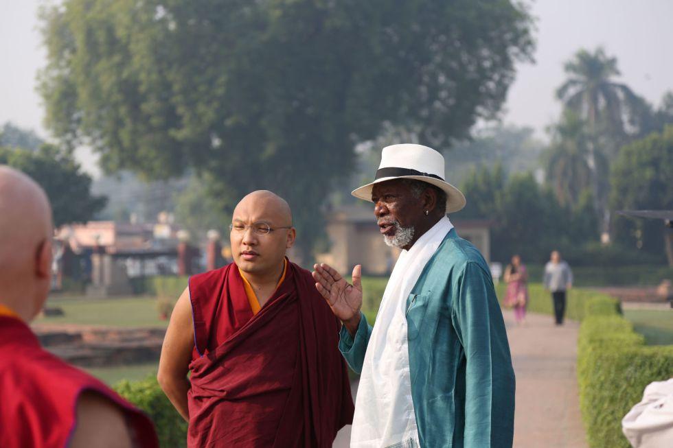 Morgan Freeman hablando con monjes budistas en Bodh Gaya, al noreste de India, en un momento de su nueva serie documental sobre religión.