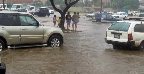 La lluvia deji calles inundadas, perjudicando el tránsito peatonal y vehicular. La imagen corresponde a la avenida Tres Pasos al Frente y quinto anillo