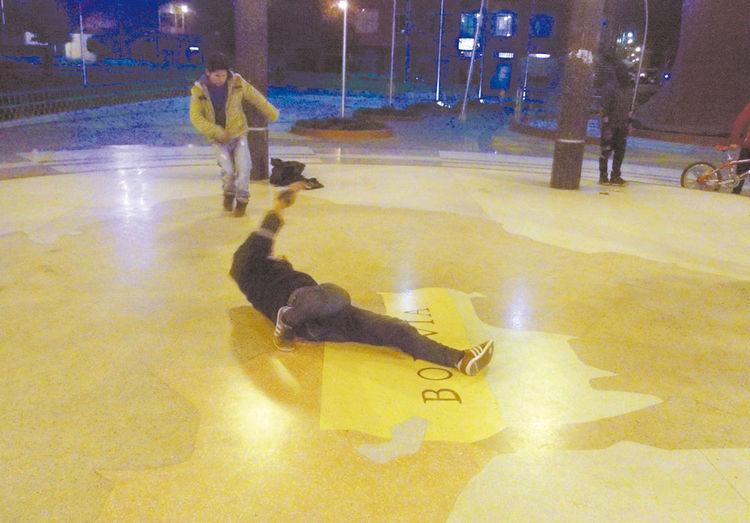 giros. Los jóvenes demuestran gran habilidad para realizar vueltas en el piso de azulejos. Foto: Miguel Rivas