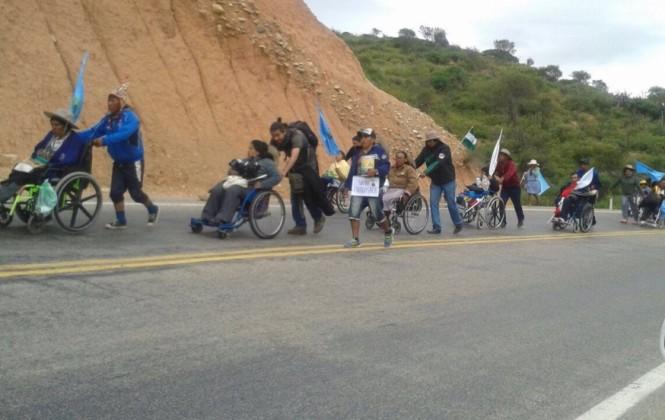 Gobierno ratifica que no está en condiciones de pagar un bono de Bs 500 al mes; la marcha de discapacitados se reinicia