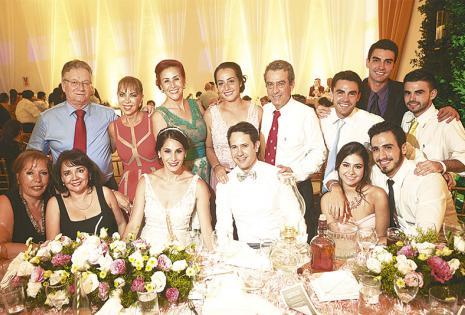 /INFALTABLES. la familia de Ugarte no faltó al evento.  en la foto se ve a los primos y tíos, además del director ejecutivo de EL DEBER, Pedro Rivero Jordán (de pie, primero de la izq.)
