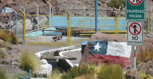 De acuerdo con las autoridades bolivianas, se desvió el curso natural de las aguas para favorecer su paso a lado chileno.