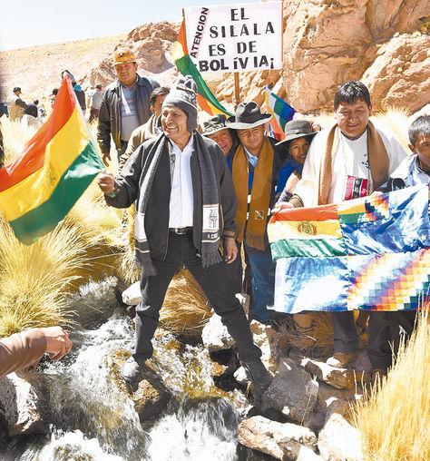 Inspección. Morales con autoridades deSud Lípez, en uno de los canales por donde fluye elSilala.