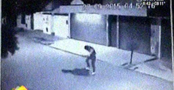 En la imagen presuntamente Teodovich salta sobre la humanidad de su victima que por cuestiones de seguridad se evitó identificarlo