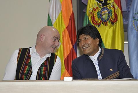 Morales-pide-a-Infantino-que-Bolivia-sea-sede-de-un-torneo-mundial-en-2025-