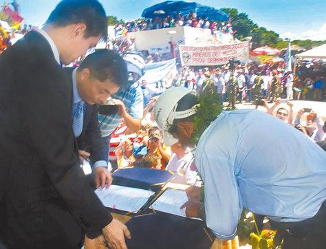 Puerto Suárez. Los ejecutivos de la ESM y Sinosteel Equipment firmaron ayer el contrato para la planta siderúrgica.