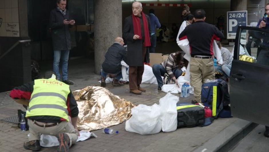 Varios heridos se encuentran a las afueras del metro de Bruselas por una de las explosiones que se registraron en la capital de Bélgica. (Crédito: Cortesía / Twitter @dirkalaerts)