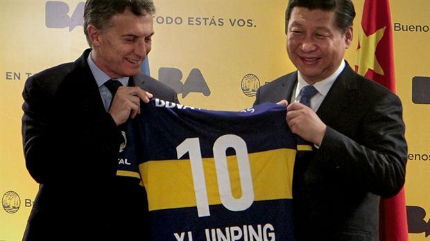 En 2014, como jefe de gobierno porteño, Macri recibió al presidente chino y le regaló una remera de Boca