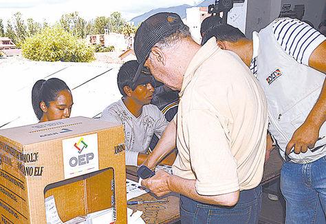 Proceso. Ciudadanos depositan su voto en la capital tarijeña.