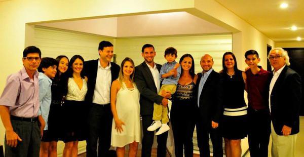 La pareja acompañada de la familia de Alejandro