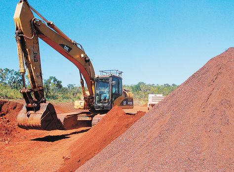 Trabajos. Una pala mecánica mueve la tierra en el cerro Mutún, en el municipio Puerto Suárez.