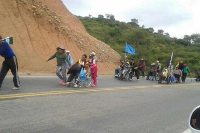 DECISIÓN. La marcha de las personas con discapacidad continúa hacia La Paz.