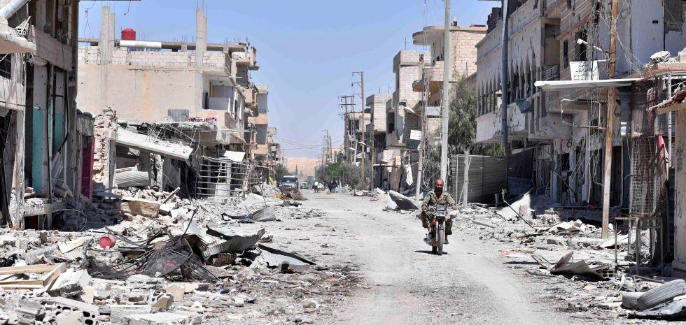 Un soldado sirio inspecciona el poblado de Al Qariatein este lunes tras la expulsión del ISIS.