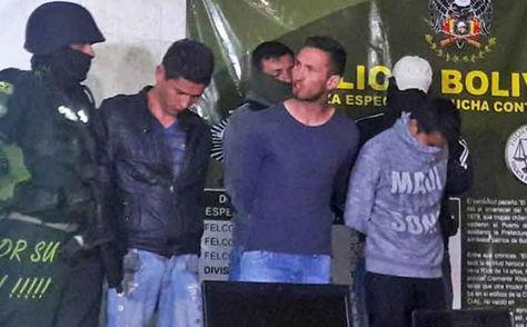 José Villafani (centro) durante su presentación ante los medios.