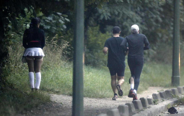 Una prostituta busca clientes en el Bois de Boulogne de París, en agosto de 2013 (Reuters)