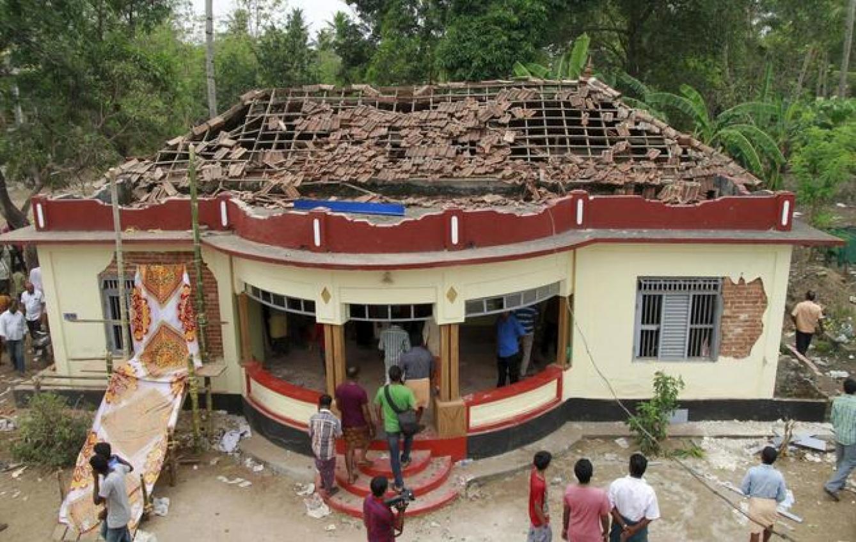 Reunión de espontáneos en una zona dañada del templo afectado por el incendio en Kerala. (Reuters)