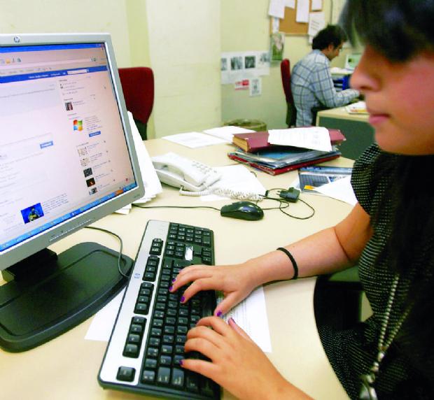 Gobierno y oposición se acusan de pagar a operadores de redes