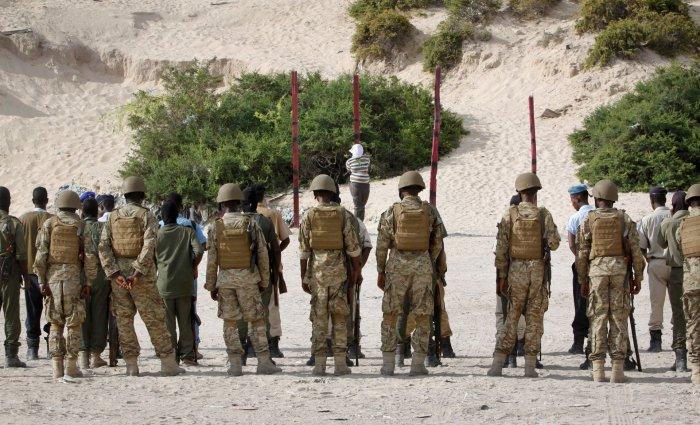 El escuadrón de fusilamiento se apresta a ejecutar al terrorista islámico
