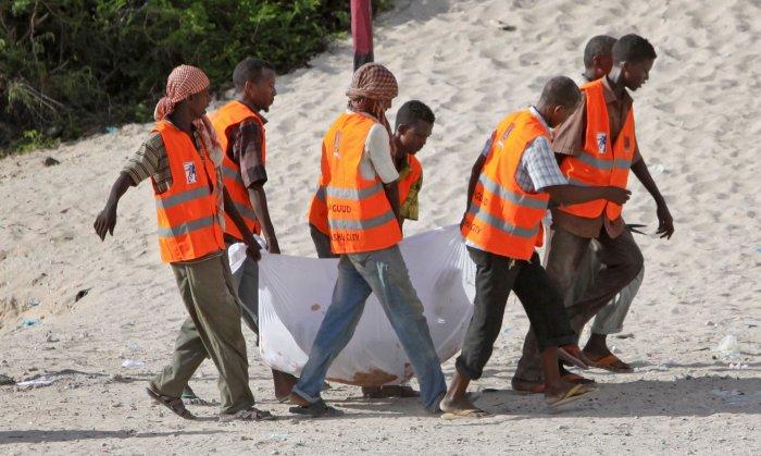 El cadáver de Hanafi es trasladado por el desierto somalí