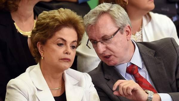 Dilma Rousseff escucha a su ministro de Ciencia y Tecnología./ AFP