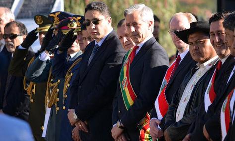 Álvaro García Linera (c) junto a autoridades nacionales y locales en el aniversario de Tarija.