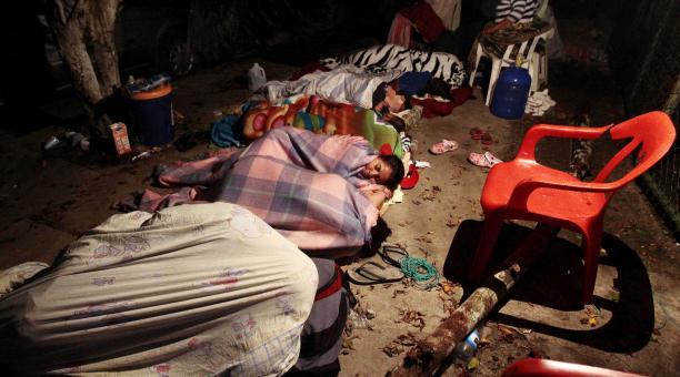 Varias personas pernoctaron en las calles de Pedernales tras el sismo. Foto: EFE