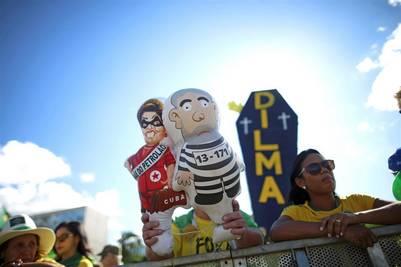 La tensión se respira también afuera del Congreso brasileño, con marchas en diferentes ciudades con los carteles de apoyo y repudio al impeachment contra Dilma. REUTERS