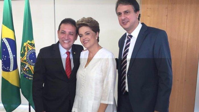 Viernes 15 de abril en Planalto: Adail Carneiro sonríe junto a Dilma Rousseff y el gobernador de Ceará, Camilo Santana