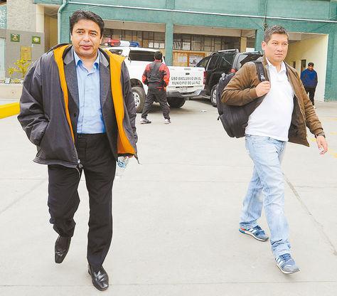 proceso. Milton Mendoza (izq.) se dirige a celdas de la FELCC. Foto. José Lavayen