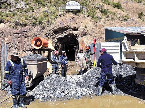 Potosí. Un grupo de trabajadores de Amayapampa en la bocamina Virtus del yacimiento minero.