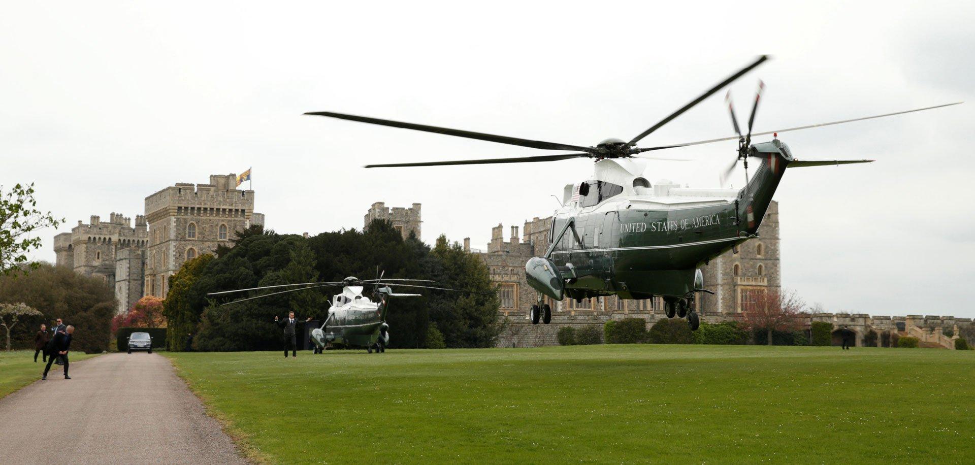 La llegada del helicóptero presidencial de los Estados Unidos a los parques del Castillo de Windsor, en Berkshire, Reino Unido.
