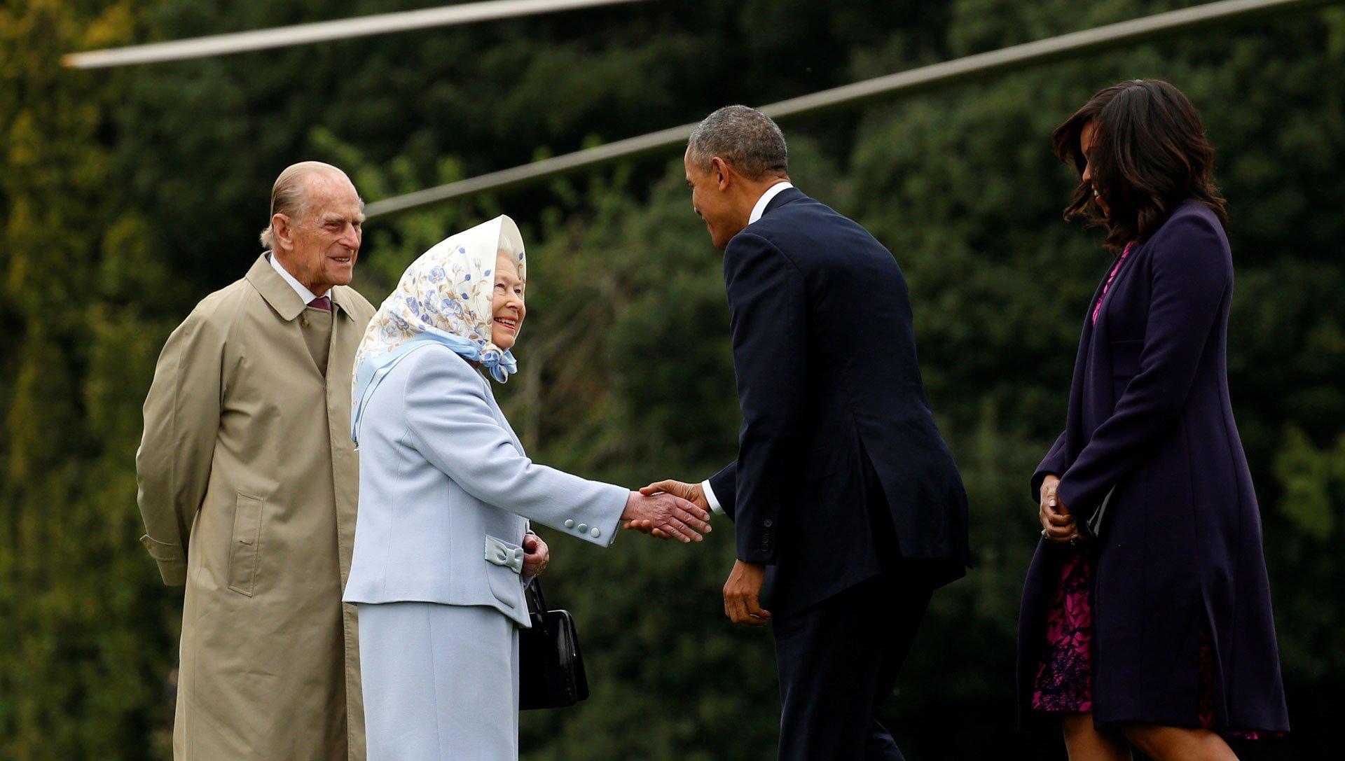 Isabel II estrecha la mano de Barack Obama