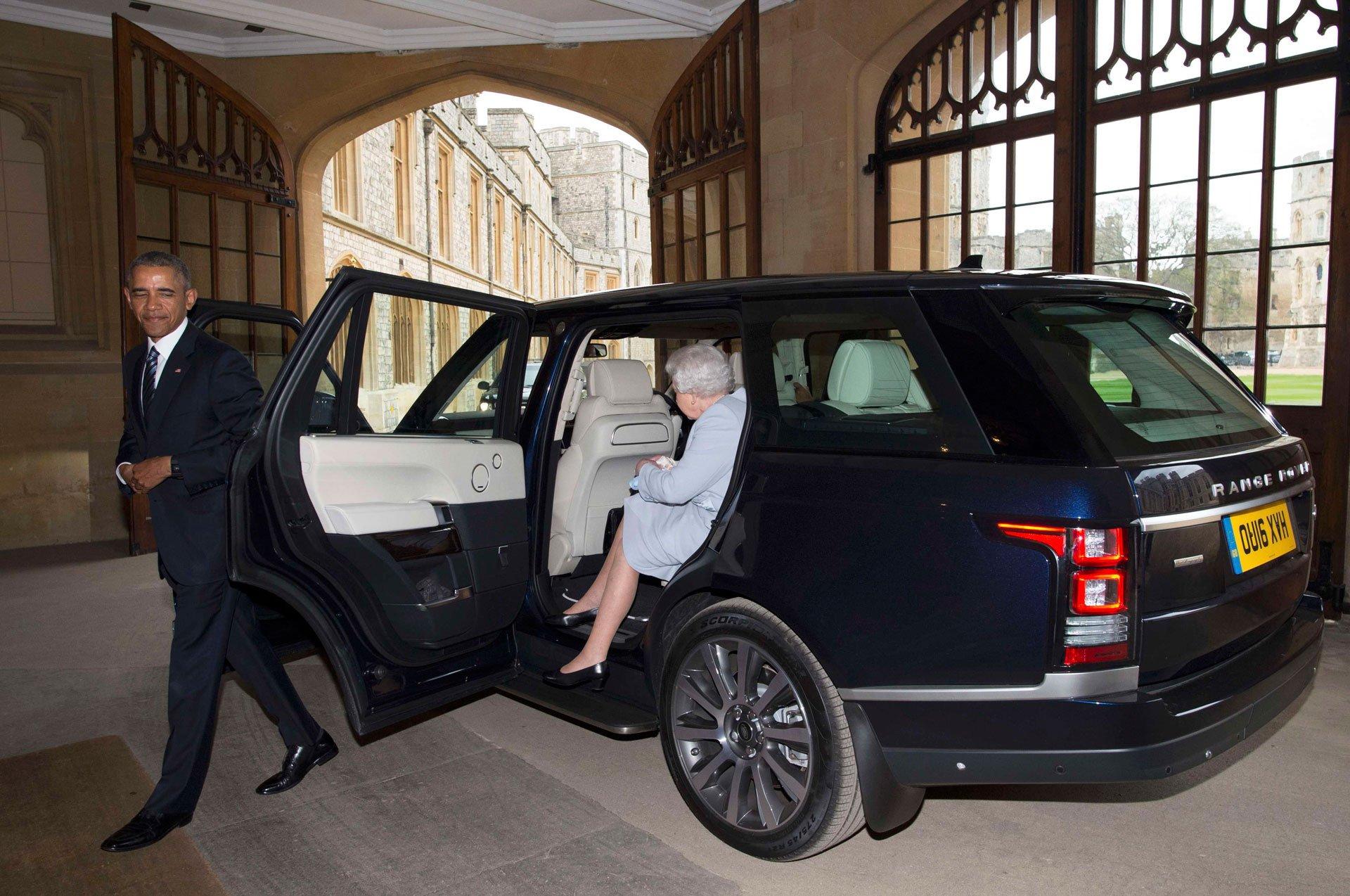 Obama y la reina Isabel II bajan del auto dispuestos a compartir el almuerzo privado