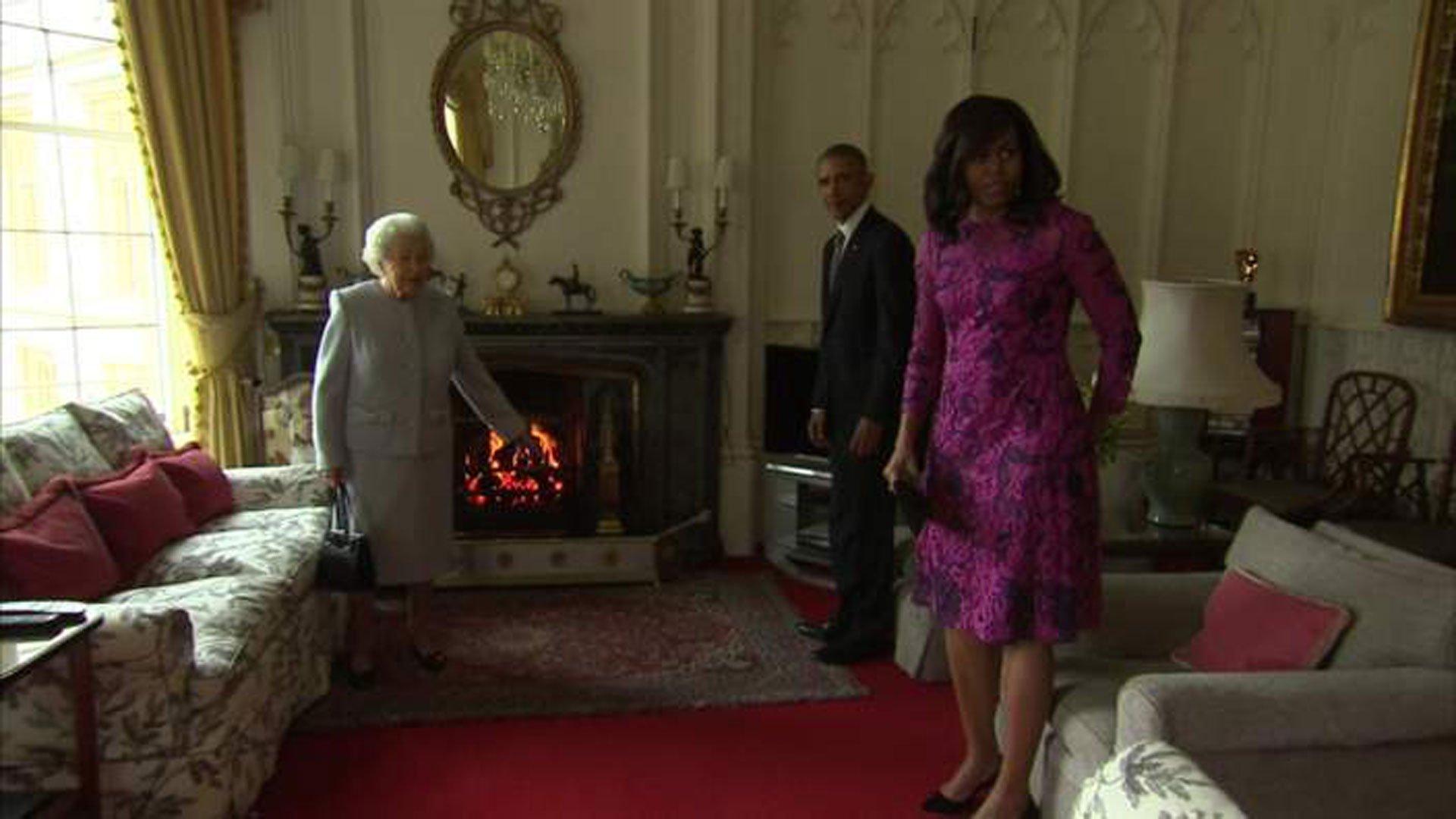 En el interior del castillo, la reina recibió a la pareja norteamericana con el calor de un hogar encendido